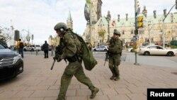 Naoružani policajci ispred zgrade parlamenta u Otavi