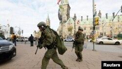 10月22日槍擊發生後加拿大皇家騎警在國會大廈外搜索疑兇