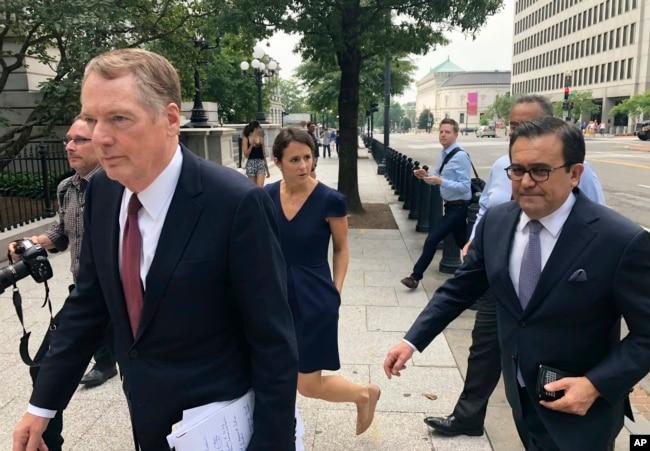 El representante comercial de EE.UU., Robert Lighthizer, (izquierda) y el secretario de Economía de México Idelfonso Guajardo llegan a la Casa Blanca el lunes, 27 de agosto de 2018.