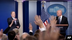 La Casa Blanca ofreció una conferencia de prensa conjunta con el asesor de seguridad nacional, H.R. McMaster, derecha.