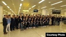 남북통일농구대회 한국 대표단이 3일 평양 순안공항에 내린 직후 기념촬영하고 있다. (사진공동취재단)