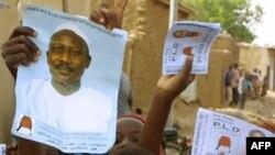 Des affiches d'Ibni Oumar Mahamat Saleh brandies avant un meeting au stade de Ndjamena, le 17 mai 2001.