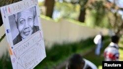 Một thông điệp treo trên cây bên ngoài tư gia của cựu Tổng thống Mandela ở Houghton, Johannesburg, ngày 27/6/2013.