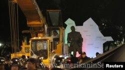 Mexikoda Heydər Əliyevin 3.6 metrlik heyləli kranla götürülərkən