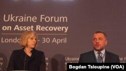 Тереза Мей у якості міністра внутрішніх справ Британії і тодішній генеральний прокурор України Олег Махніцький на конференції у Лондоні з повернення розкрадених активів. Квітень 2014