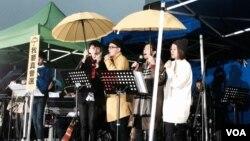 香港文化界團體與學聯、學民思潮合辦聖誕音樂會,呼籲各界回到雨傘運動起點,繼續爭取真普選