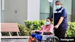 Mantan ibu negara Ani Yudhoyono saat diperbolehkan beraktivitas di luar ruangan di Singapura (Courtesy: Instagram @aniyudhoyono).