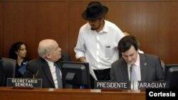 El embajador de Bolivia ante la OEA, Diego Pary, conversa con el secretario general de la Organización, José Miguel Insulza, durante reunión del Consejo Permanente en la que se aprobó la resolución de solidaridad con Bolivia. A la derecha, el presidente del Consejo y embajador de Paraguay, Martín Sannemann. [Foto: OEA].