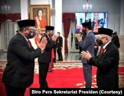 Presiden Joko Widodo dan Wakil Presiden Ma'ruf Amin beramah-tamah dengan para menteri dan wakil menteri baru seusai pelantikan di Istana Negara, Rabu, 23 Desember 2020. (Foto: Biro Pers Sekretariat Presiden)