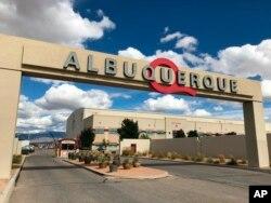 Pintu masuk ke ABQ Studios terlihat di Albuquerque, N., 8 Oktober 2018. (Foto: AP)