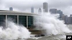 Olas impulsadas por el viento en el lago Michigan, frente a la ciudad de Chicago, mientras una tormenta invernal se desplaza sobre Illinois.