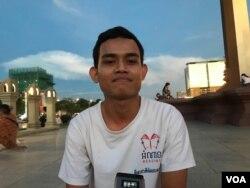 លោក មុំ ច័ន្ទវាសនា បុគ្គលិកក្រុមហ៊ុន EFG Cambodia ផ្តល់សម្ភាសន៍ដល់ VOA ខណៈកំពុងអង្គុយលំហែក្បែររូបសំណាកព្រះមហាវីរក្សត្រ នរោត្តម សីហនុ នៅជិតវិមានឯករាជ្យ ក្នុងរាជធានីភ្នំពេញ នៅថ្ងៃទី៣០ ខែតុលា ឆ្នាំ២០២០។ (កាន់ វិច្ឆិកា/វីអូអេ)