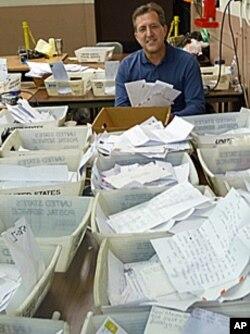 """彼德·丰塔纳负责纽约市邮政局的""""圣诞老人在行动""""活动"""