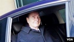 Mantan Presiden Perancis Jacques Chirac meninggalkan kantornya di Paris, Senin (7/3).