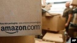 Paket-paket yang siap dikirim kepada konsumen di gudang Amazon di kota Palo Alto, California (foto: dok). Amazon, Wal-Mart, Macy's dan pengecer lain bersaing agar bisa lebih cepat mengirim pesanan kepada para konsumen.