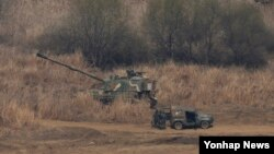 한국 정부는 북한이 지난달 31일부터 군사분계선(MDL) 북방 여러 곳에서 GPS 교란 전파를 발사하고 있다며 즉각적인 중단을 요구했다. 1일 경기도 파주시 접경지역에서 K-9 자주포가 대기하고 있다.