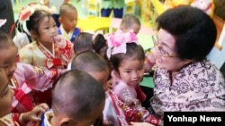 3박 4일 일정으로 북한을 방문한 이희호 여사가 6일 평양의 육아원(고아원)을 방문해 어린이들을 안아주고 있다.