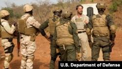 Des soldats américains entrainent des militaires nigériens au Burkina Faso, le 21 février 2019.