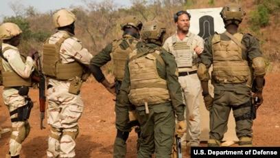 A counter terrorism adviser talks to Niger soldiers in Burkina Faso, Feb, 21,2019.