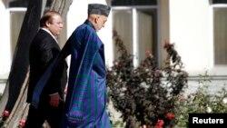 Tổng thống Afghanistan Hamid Karzai (phải) và Thủ tướng Pakistan Nawaz Sharif gặp nhau tại Kabul, 30/11/13