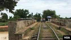 A bamboo train railroad over a bridge in Battambang, Cambodia, July 21, 2017. (Sun Narin/VOA Khmer)