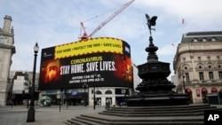 Layar video menampilkan pesan untuk masyarakat agar tetap tinggal di rumah untuk menghambat penyebaran virus corona, di Piccadilly Circus, London, 8 April 2020.