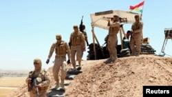 Thành viên lực lượng an ninh người Kurd đóng quân và tuần phòng ở ngoại ô Mosul để chống nhóm ISIL, 22/6/14