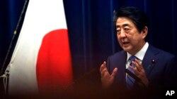 Le Premier ministre japonais Shinzo Abe lors d'une conférence de presse, le 14 mars 2020. (AP Photo/Eugene Hoshiko)