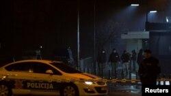 Поліція біля входу до будівлі посольства США у Подґориці 22 лютого 2018 р.