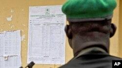 尼日利亞一名警察正在觀看選舉結果