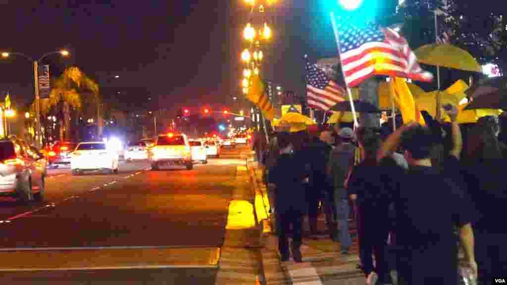 两百余人为香港上街(美国之音国符拍摄)