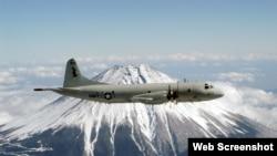 美國海軍網站發布的一架獵戶座偵察機(P-3C Orion)在日本 富士山上空 飛過的景象。