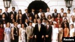 პრეზიდენტი კლინტონი, თეთრი სახლის სტაჟიორებთან ერთად, 1995 წელი.