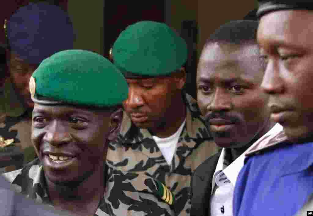 Le le leader de la junte malienne, le capitaine Amadou Haya Sanogo (à gauche) à Bamako