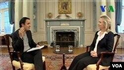 Reporter VOA dari Jaringan Berita Persia, Kambiz Hosseini, dalam wawancaranya dengan Menteri Luar Negeri AS Hillary Clinton.