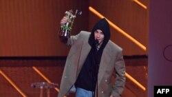 جسٹن بیبر کو ان کے گانے 'پیچز' کے لیے' بہترین پاپ سونگ' کے ایوارڈ سے بھی نوازا گیا ہے۔