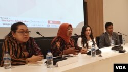 Kiri ke kanan: Ratna Batara Munti (JKP3), Khariroh Ali (Komnas Perempuan), Natasya Kusumawardani (YABL), dan Diovio Alfath (Sandya Institute), dalam konferensi pers usai diskusi mengenai RUU P-KS di Jakarta (21/11/2019). (VOA/Rio Tuasikal)