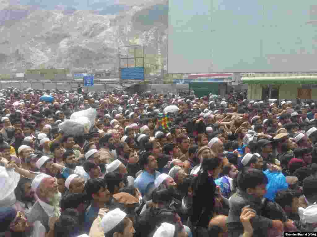 طورخم اور چمن کی گزر گاہیں کھلنے سے سرحد کے آر پار آمد ورفت کا سلسلہ شروع ہو گیا۔