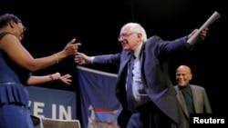 Kandidat calon presiden AS dari Partai Demokrat Bernie Sanders akan memeluk mantan senator Ohio Nina Carter.