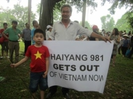 Cựu chiến binh Phan Tất Thành trong một cuộc biểu tình chống Trung Quốc.