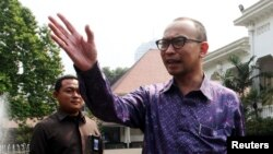 Menteri Keuangan yang baru, Muhammad Chatib, berbicara dengan jurnalis usai bertemu Presiden Susilo Bambang Yudhoyono di istana (20/5). (Reuters/Elado)