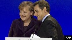 Thủ Tướng Đức Angela Merkel (trái) và Tổng thống Pháp Nicolas Sarkozy đã đề xuất một số biện pháp kinh tế cho các nước EU
