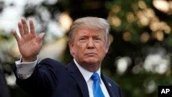 Presiden Donald Trump melambaikan tangan saat berjalan menuju Marine One dan bertolak dari Gedung Putih, hari Rabu 12 Juli 2017 menuju Paris untuk menghadiri Bastille Day (foto: AP Photo/Alex Brandon)