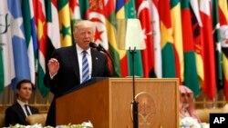 Presiden AS Donald Trump berpidato di depan puluhan pemimpin Arab dan Muslim pada KTT Arab Islam Amerika di Riyadh, Arab Saudi, hari Minggu (21/5).