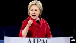 Ứng cử viên tổng thống của đảng Dân chủ Hillary Clinton phát biểu tại Hội nghị chính sách Ủy ban Công vụ Mỹ Israel (AIPAC) 2016, ngày 21 tháng 3 năm 2016, tại Trung tâm Verizon ở Washington.