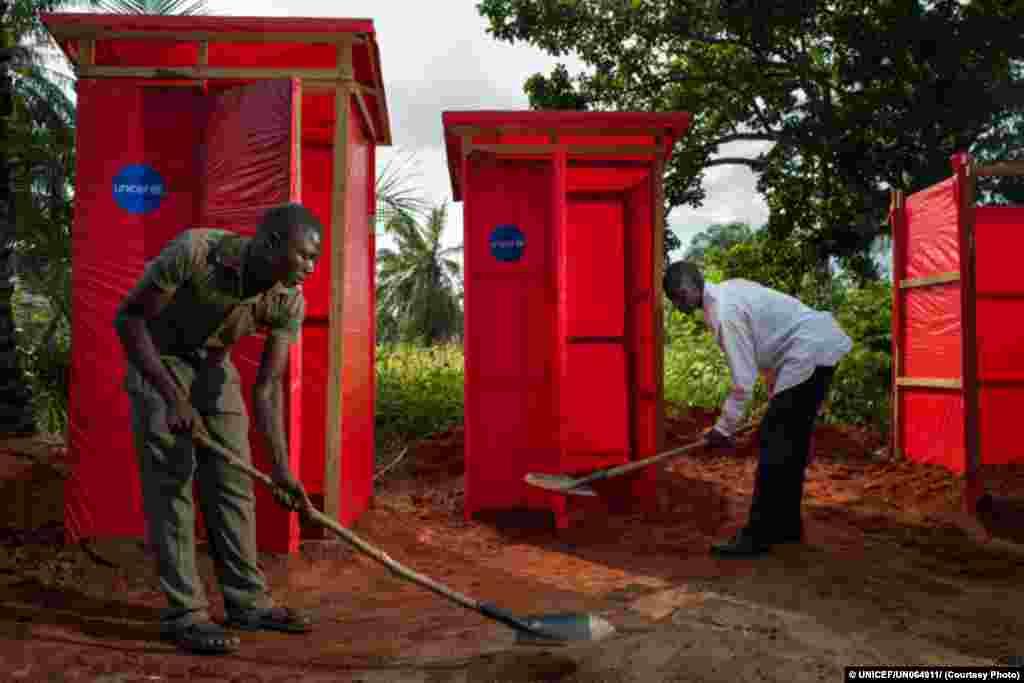 Latrinas e duches públicos financiados pelo UNICEF junto ao centro de saúde de Tshinyama.