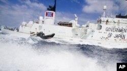 """""""海洋守护者协会""""的一艘小船今年1月8号在弗里曼特尔附近抗议日本""""湘南丸""""捕鲸船"""