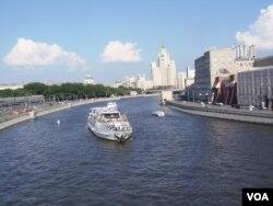 夏季克里姆林宫旁的莫斯科河(美国之音白桦)