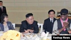 북한의 김정은 국방위원회 제1위원장(가운데)이 방북 중인 미국 NBA 출신 데니스 로드먼(오른쪽)과 미국 묘기 농구단의 시범 경기를 관람한 데 이어, 만찬도 개최했다. 부인 리설주(왼쪽)도 참석했다.