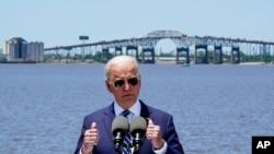 ប្រធានាធិបតីសហរដ្ឋអាមេរិកលោក Joe Biden ថ្លែងសុន្ទរកថានៅមុខស្ពាន I-10 សម្រាប់ការធ្វើដំណើរឆ្លងកាត់ទន្លេ Calcasieu នៅក្រុង Lake Charles រដ្ឋ Louisiana កាលពីថ្ងៃទី ៦ ខែឧសភា ឆ្នាំ ២០២១។